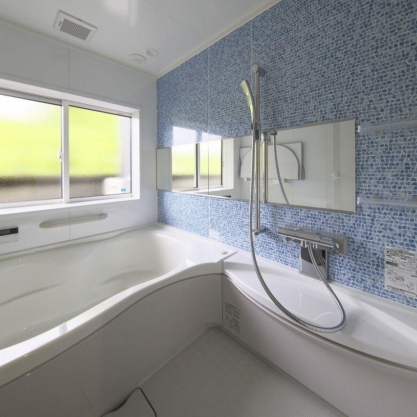蛇口下にカウンターがあるので使い勝手抜群 横長の鏡のおかげで浴室