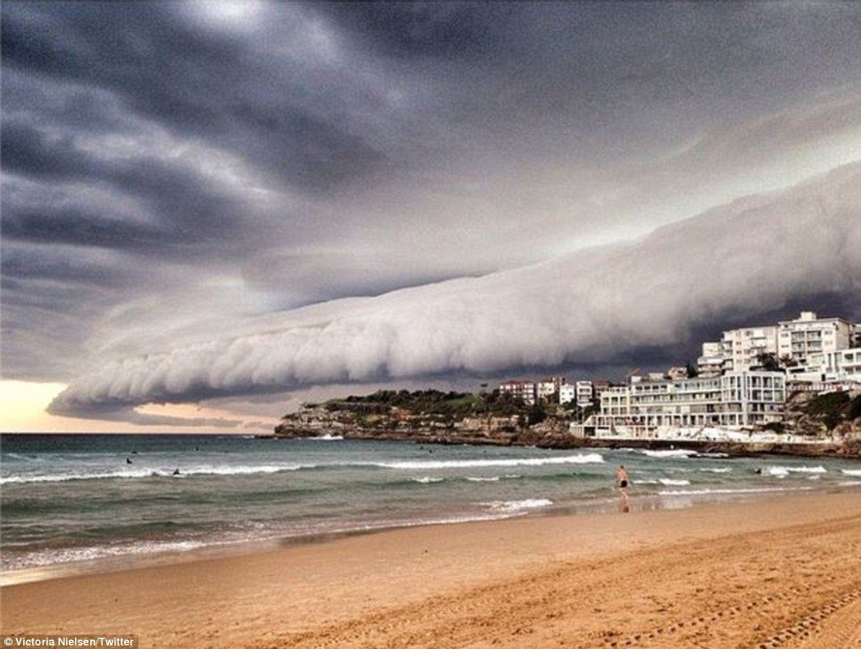 Apocalyptic Storm Front Over Sydney Captured On Camera - Beautiful photographs of storm clouds look like rolling ocean waves