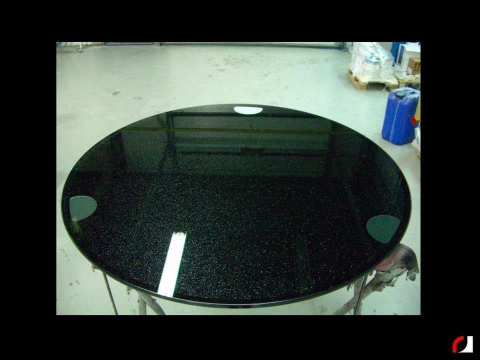 Glazen tafel zwart met glitters gespoten  #Spuiterij #Meubelspuiterij #interieurspuiterij #Deuren #binnendeuren #kozijnen #glas #Limburg #Parkstad #Heuvelland #Kerkrade #Spuiten #Verven #Ets #Cijfer #huisnummer #Etalage #Bedrijf #interieur #Bedrijfspand