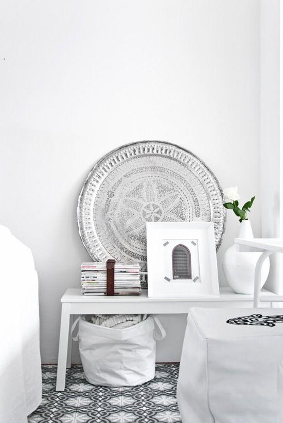 Moderne Accessoires de moderne marokkaanse stijl is licht en wit met sfeervolle