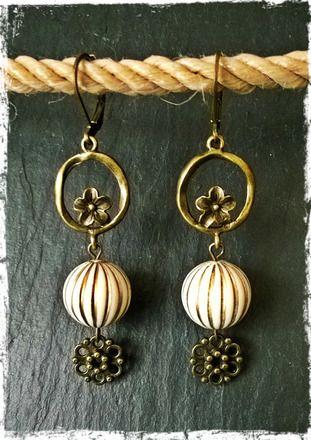 Boucles d'oreilles pendantes ivoire et fleur de laiton  : Boucles d'oreille par c-moi-k-fee