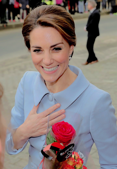 "killiamkween: "" The Duchess of Cambridge animatedly chatting with the crowds during an impromptu walkabout in the Netherlands. """