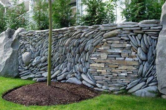 kreative gartenmauer als trockenmauer aus flußsteinen, Garten ideen