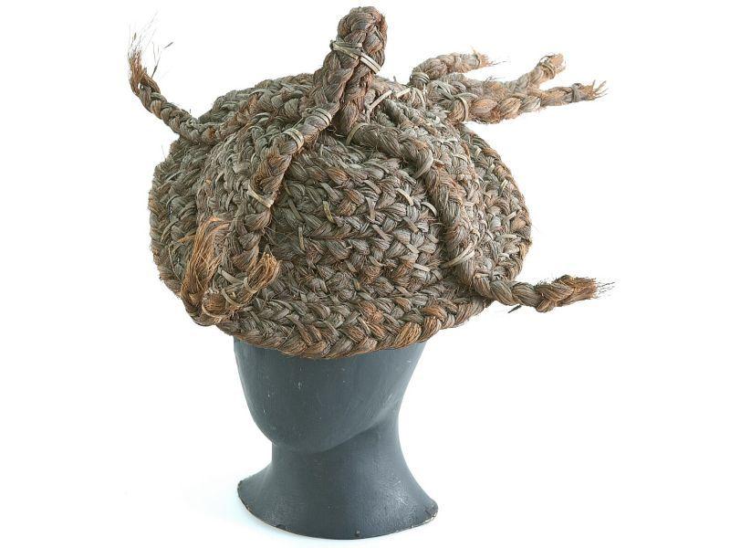 COLLECTIE TROPENMUSEUM Krijgshoed van gevlochten kokosvezel TMnr A-5441.jpg