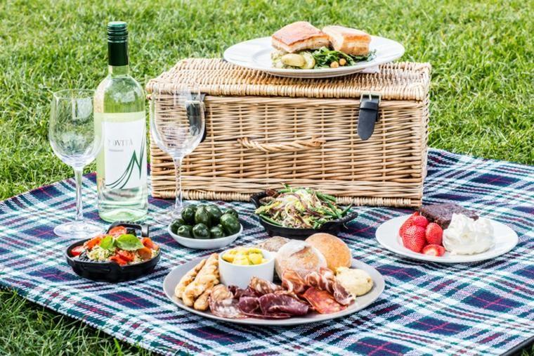 Romantisches Picknick auf dem Land, einige originelle