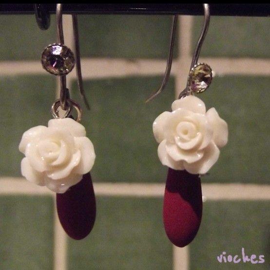 c47100757240 Pendientes colección Rose en color granate. Cada pendiente tiene un gancho  con un cristal de