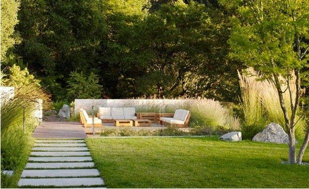 vaste jardin avec cour aménagée et coin de repos