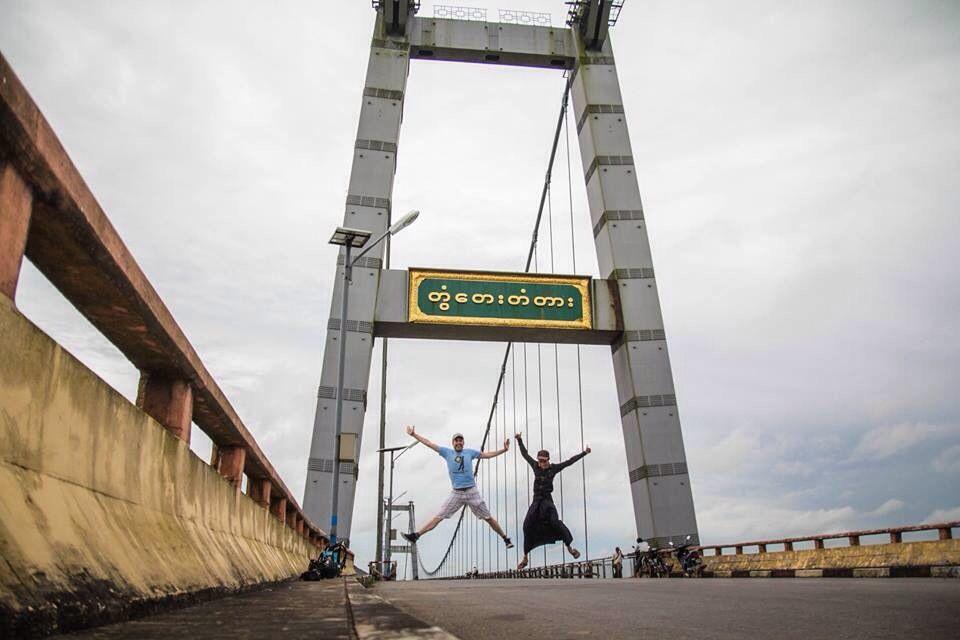 Salto con Ko Htoo -el birmano que levita- en el Big Bridge a las afueras de Yangón. #myanmartrip #mochileros