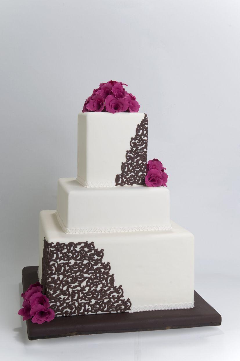 Torta de Boda con Flores Naturales y Detalles en Chocolate