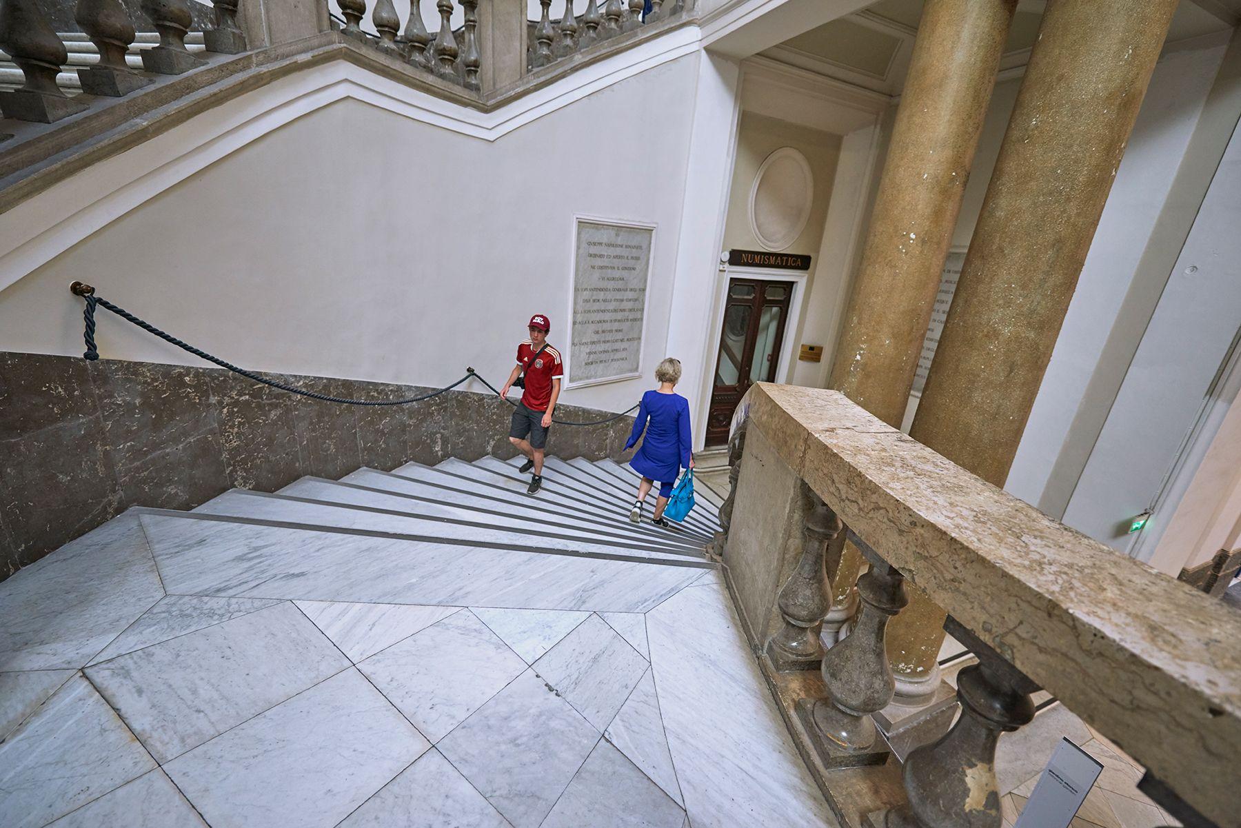 Escalera con fondo rojo y azul