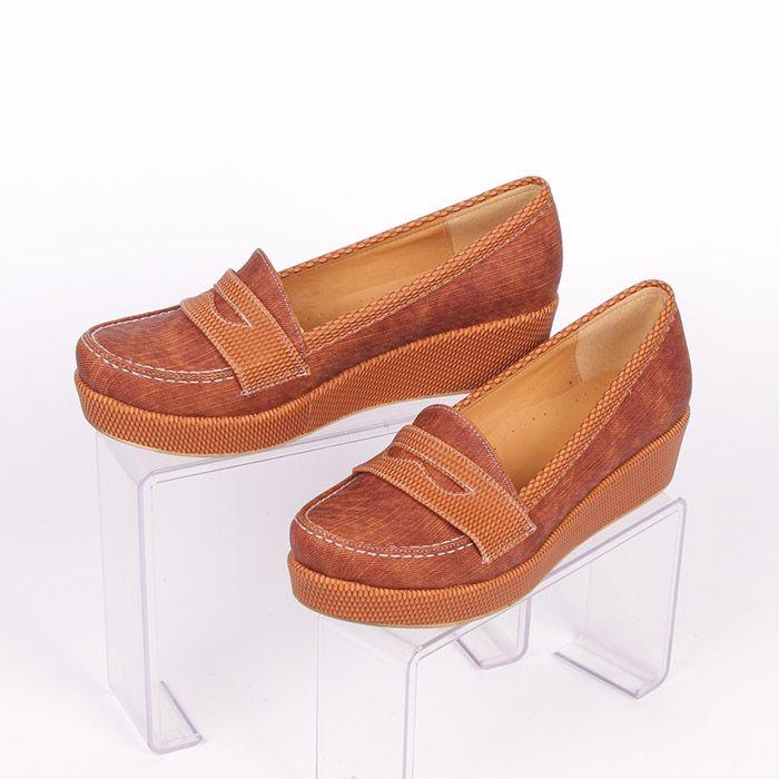 78a28cbf8dc Удобни дамски обувки от еко кожа за пролетно-есенния сезон в мек, дървесно  кафяв цвят с дънкова текстура и платформа, висока 2 см. в предната част и 4  см. ...