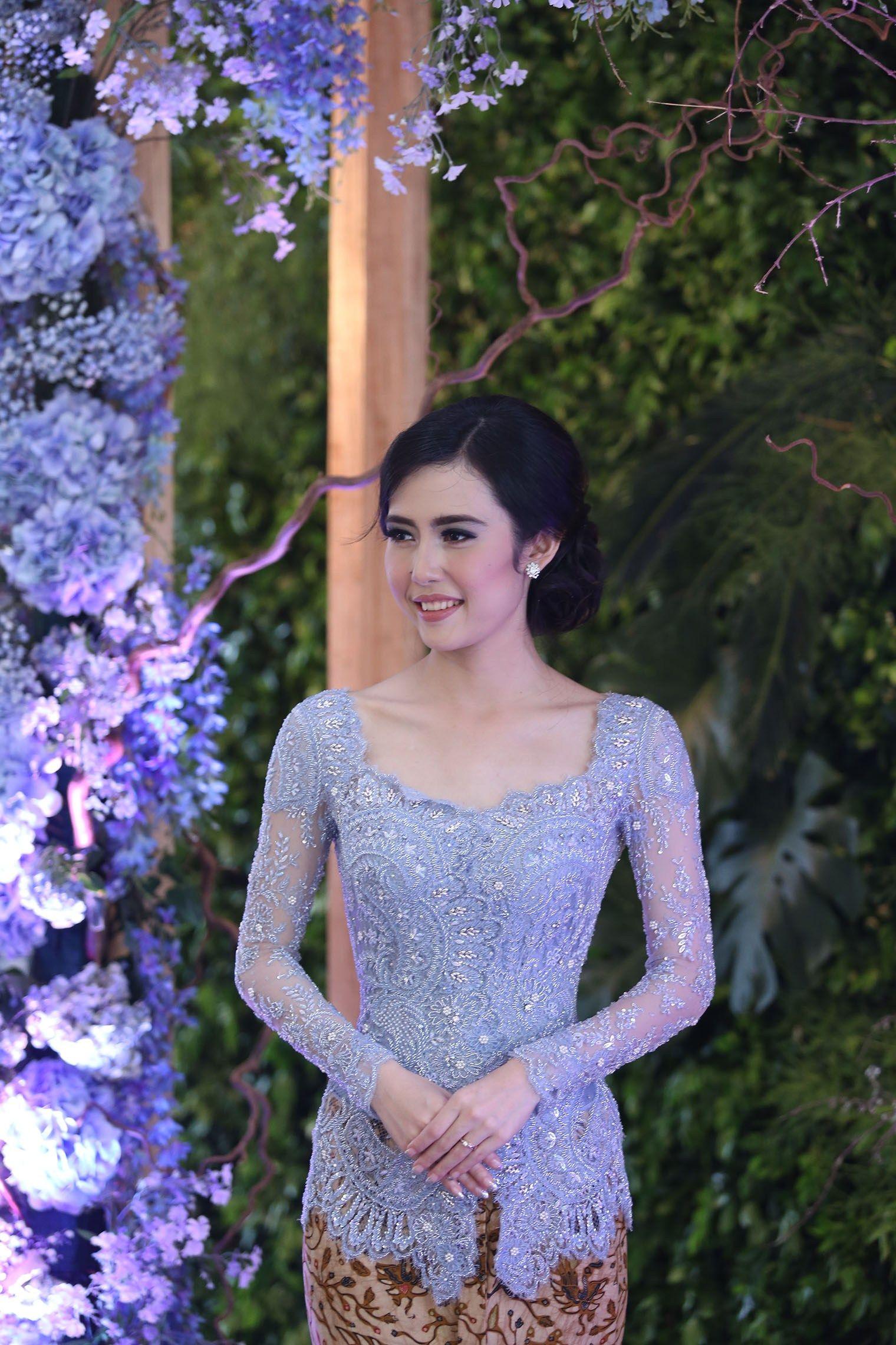 Acara Lamaran Bertema Icy Blue The Bride Dept Pengantin Wanita Gaun Pengantin Sederhana Kebaya Bali