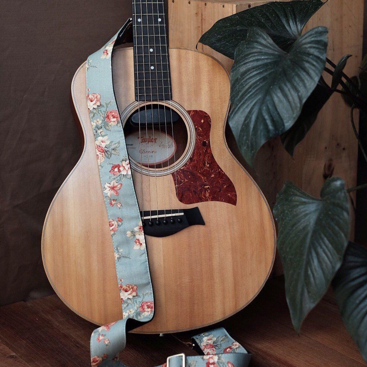 Gs Mini Blue Pastel Flower Guitarstrap With Gold Nickel Guitar Custom Acoustic Guitars Guitar Strap