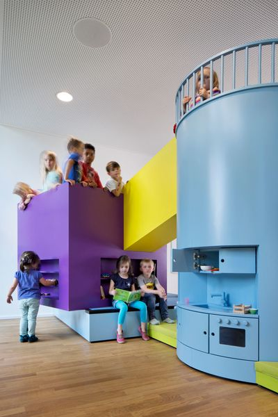 Farbenfroher Baukasten Kita von kadawittfeldarchitektur