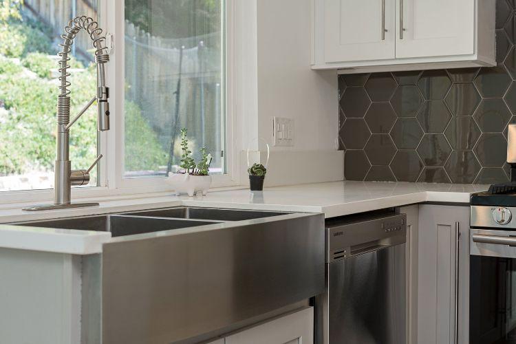 waschbecken für küche praktische tipps zum installieren fenster