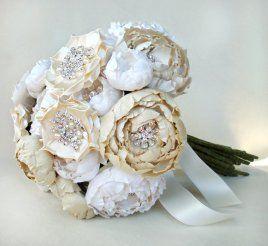 Ramo de novia con telas de Emici Bridal. Hecho de tejidos de seda y adornados con diversos acentos, como pedrería, cristales o perlas de agua dulce