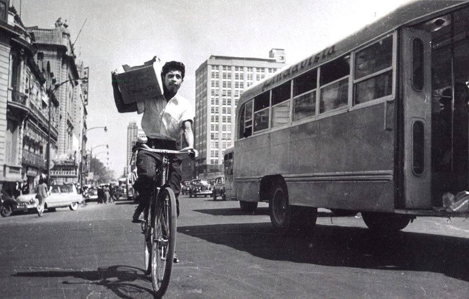 Un ciclista viaja por la avenida ju rez en los a os - Los anos cincuenta ...