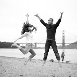 Young love and the gorgeous Golden Gate Bridge in San Francisco makes for an adorable engagement session (image via Jeramie Lu)