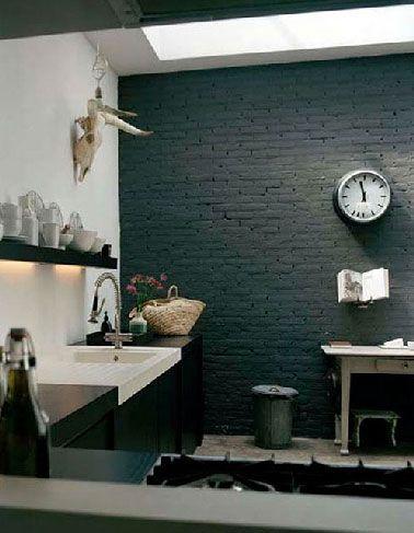 Mur de briques peint en noir dans une cuisine blanche | Briques ...