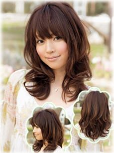 Shoulder length hairstyles with fluffy effect gives people warm feeling, large curly hair tail, sagging hair bang and little messy hair setup give more in-depth taste.
