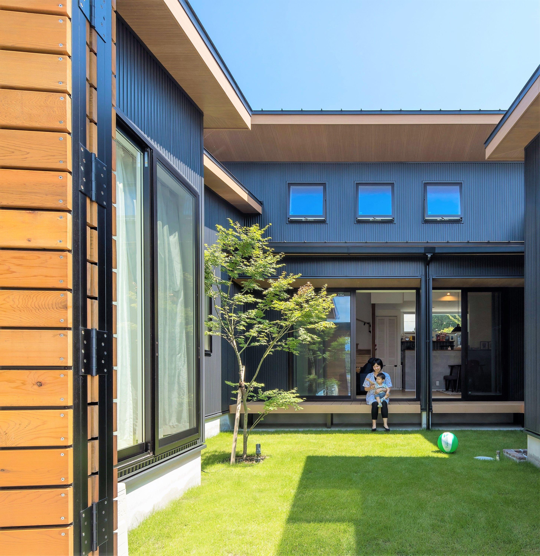 大きな中庭は 青い空と緑の芝がよく映える家族のプライベート空間