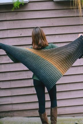 Photo of Triangular scarf in accordion pattern – free knitting instructions