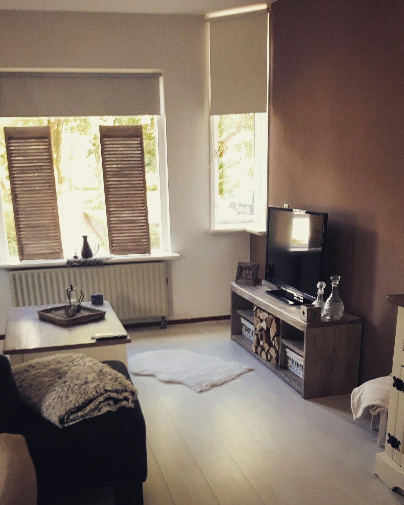 woonkamer; warme tinten bij een lichte vloer. meubels in de beits ...