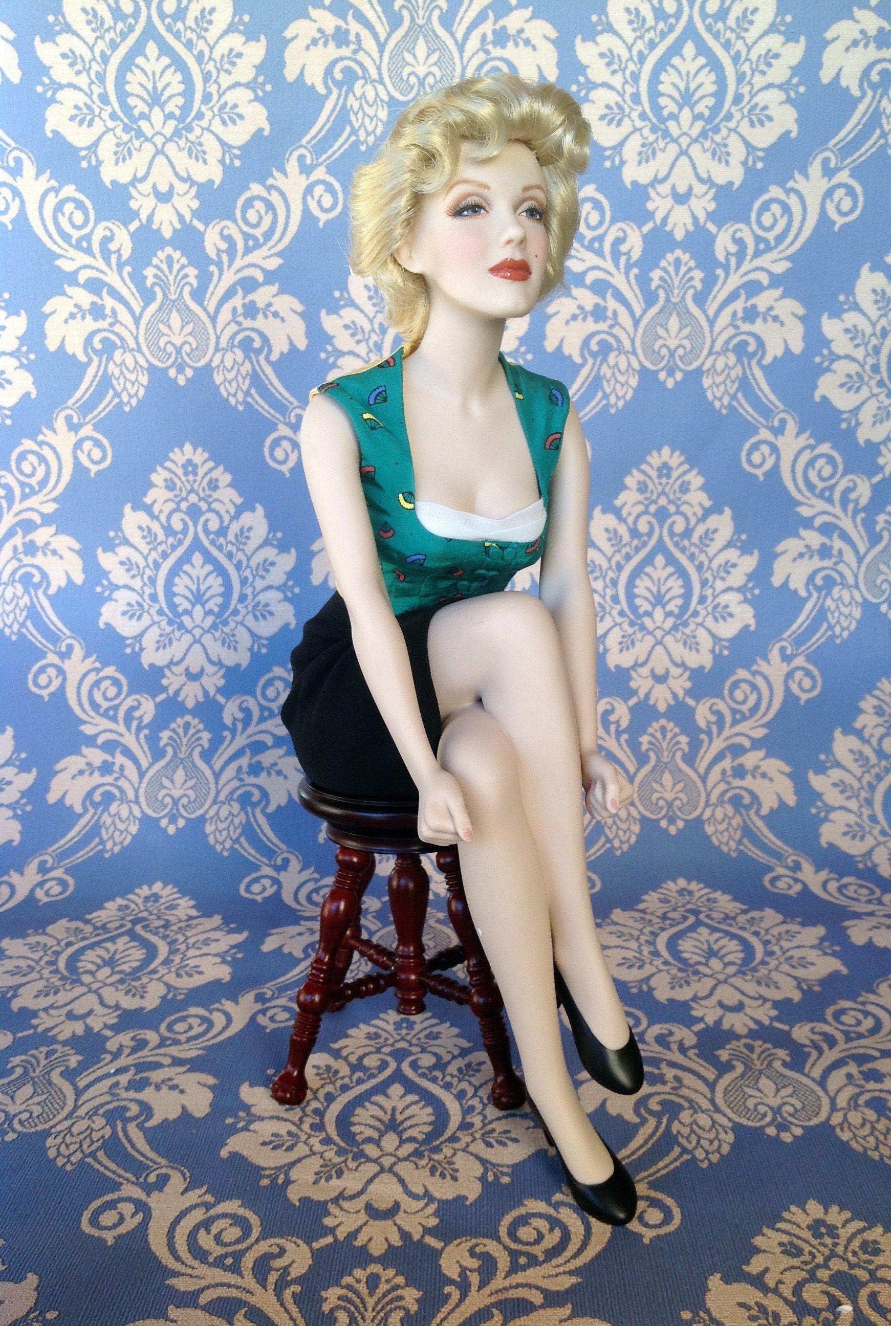 f2425777b12cbc Misura cm 32 in altezza ( seduta) interamente realizzata in porcellana.  Ritrae la Monore in posa come in una sua famosa fotografia.