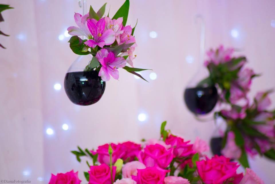 Foto por Diana Dalfior ❤ Jhéssica faz 15. Decoração para festa de debutante + Rosa pink e preto, flores penduradas | Sweet Fifteen Party + Pink and black, flowers