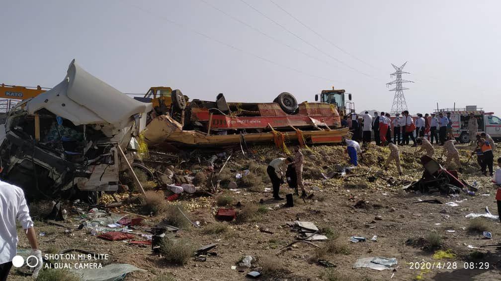 12 کشته و 8 مصدوم در تصادف تریلی با اتوبوس در خراسان جنوبی (+عکس)