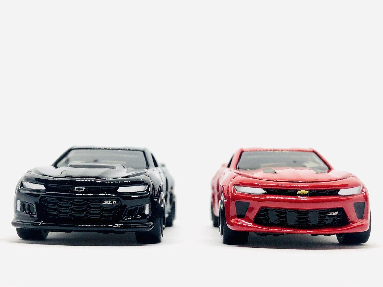 Gramedia Hunting Tomica Chevrolet Camaro Black Vs Red Diecastgraphy Chevrolet Camaro Chevrolet Hitam