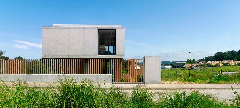 Arquitectura hormig n y madera vivienda moderna for Casa moderna hormigon