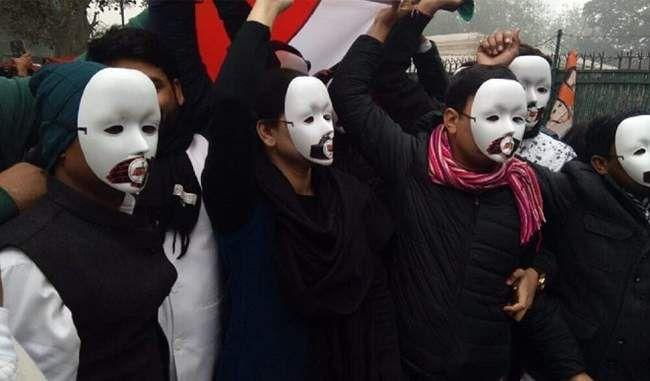 Photo of कमल छाप मास्क पहनकर युवा कांग्रेस के कार्यकर्ताओं ने 'पुलिस …