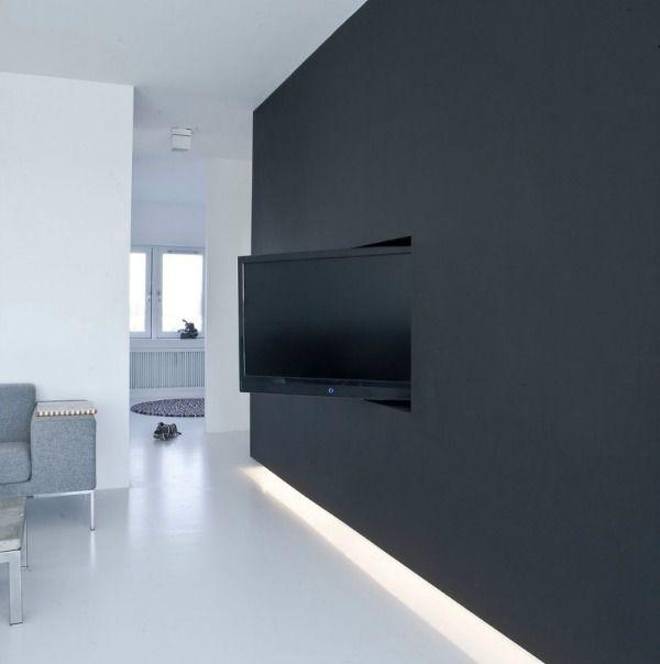 Tv\'s zijn groot, donker en opvallend. Als de tv uit is kun je hem ...