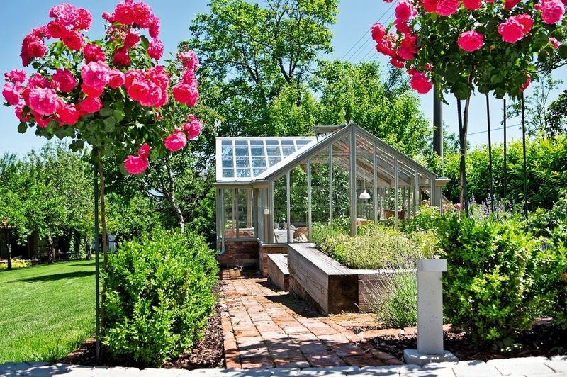 Aj zeleninovo-bylinkové záhony môžu pôsobiť okrasne. Dostali vyvýšenú podobu a atraktívne okolie so skleníkom, s chodníčkami zo starých tehál a výsadbami ruží a línií krušpánu.