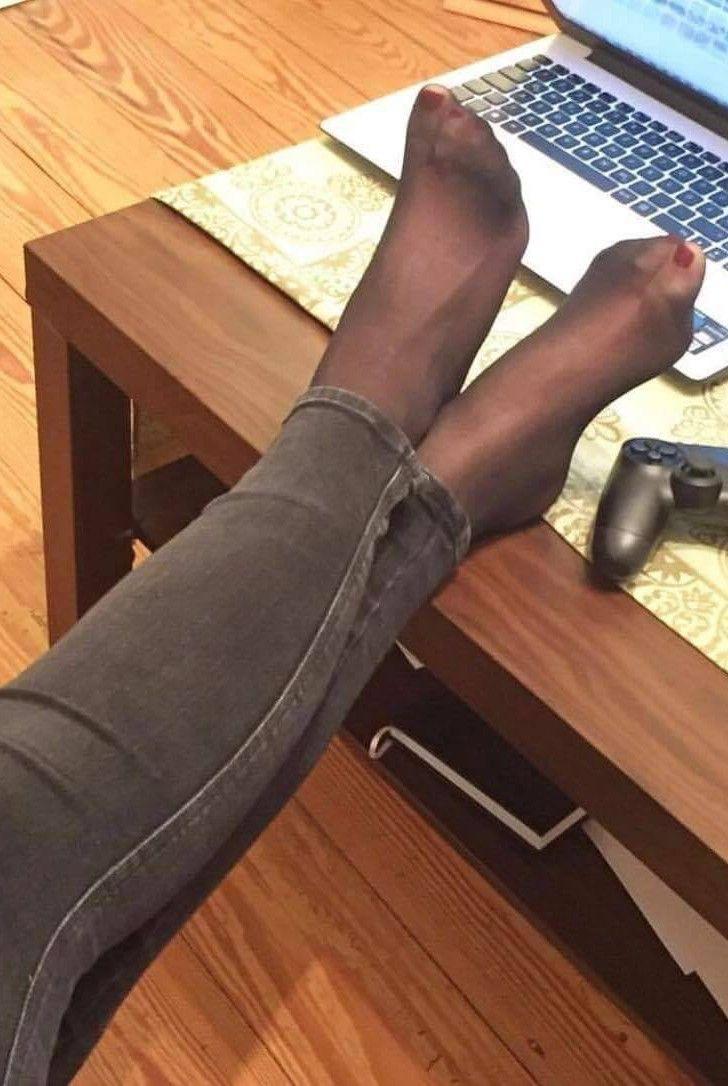 Делает минет по мне топчутся в колготках ногами трамплином