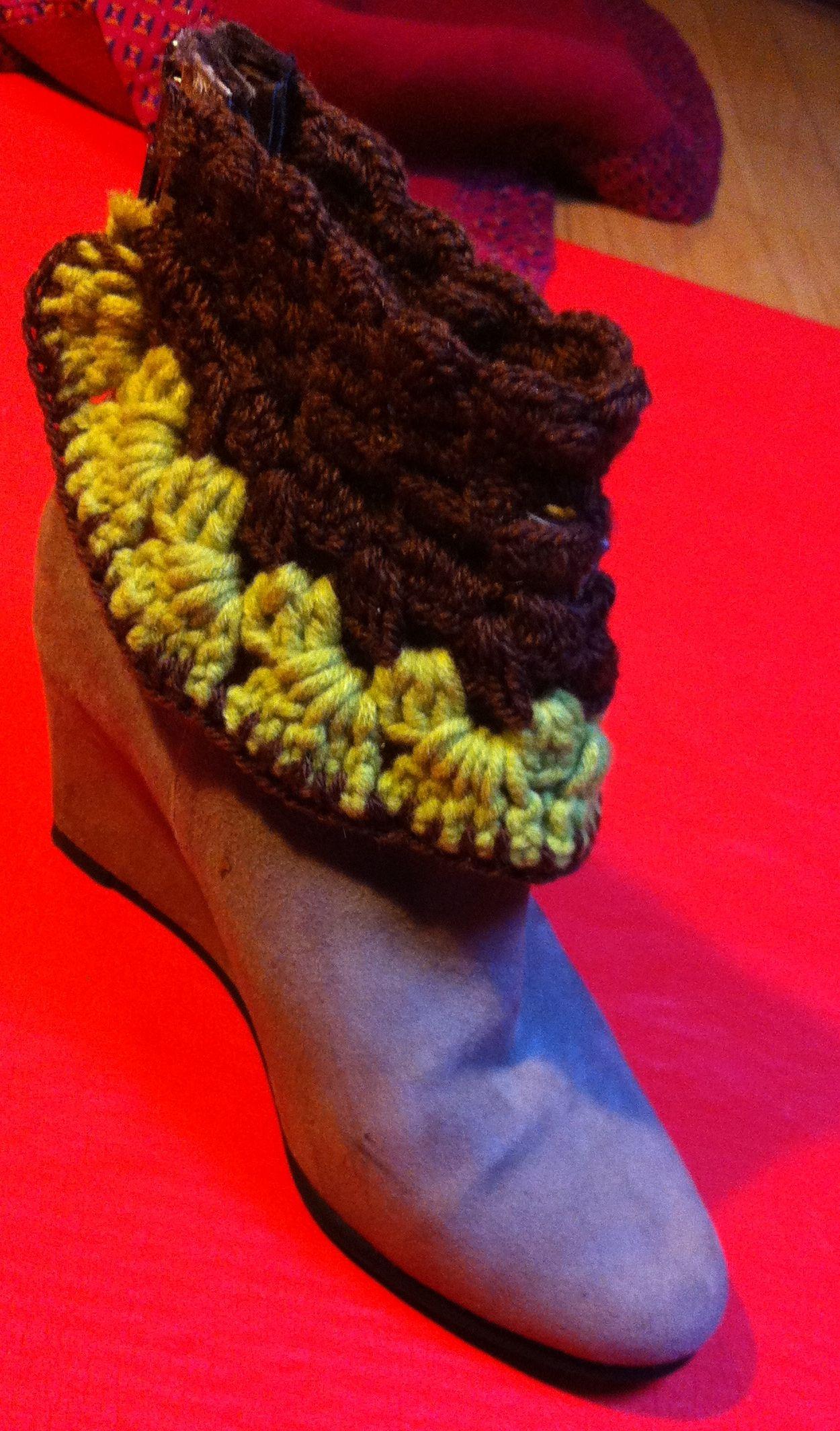 Crochê em lã deu vida à antiga bota.