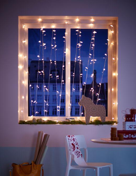 Ein Fenster Im Zickzack Mit SARDAL LED Lichterkette Dekoriert Darunter Schwedisches Dekopferd