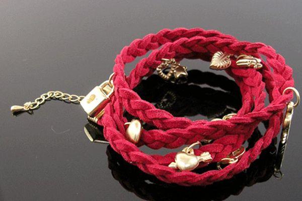 Pulseira entrançada c/ 4 voltas (67 cm) e extensão c/berloques dourados-   Braided Suede Charm Bracelet