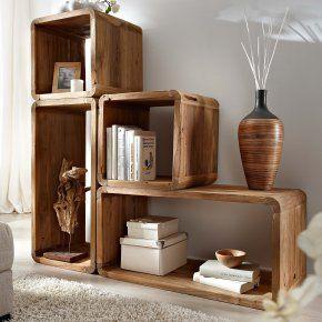 Vierecke aus Holz werden zum Regal - stacked wooden crates used as shelving