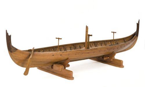 Ö1 är en modell av det vikingatida långskepp man grävde ut i Gokstad i Norge på 1880-talet. Modellen är ungefär 1,5 m lång och en mycket fint utförd modell med 29 stycken åror, troligtvis 14 par plus en styråra, liksom mast, spira och roder. Den är fernissad och stävarna är i ett mörkare träslag eller betsade. Detta förmodligen på grund av att man tydligt vill markera de delar som saknades vid utgrävningen och som därför är rekonstruerade så som man tror de sett ut.