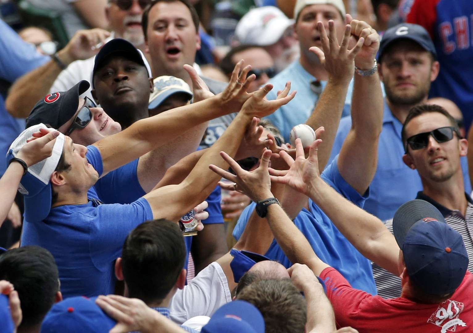 I Got It Fans Battle For A Foul Ball Hit By Chicago Cubs Kyle Hendricks During The Fifth Inning Against The New York Mets O New York Mets Baseball Season Mlb