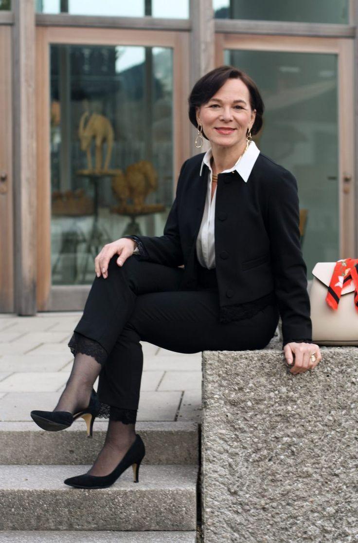 Moderner Businesslook im Hosenanzug mit femininen Details