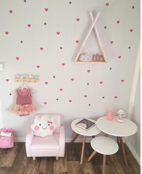 Habitaci n ni a en tonos rosas con original estanter a for Decoracion habitacion compartida nino nina
