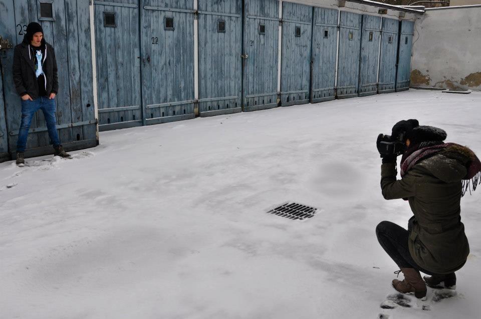 Marta einmal mehr hockend im Schnee, um dieses Mal von Laurent die besten Schnappschüsse zu machen.  Copyright (c) 2012 Lars Lucke