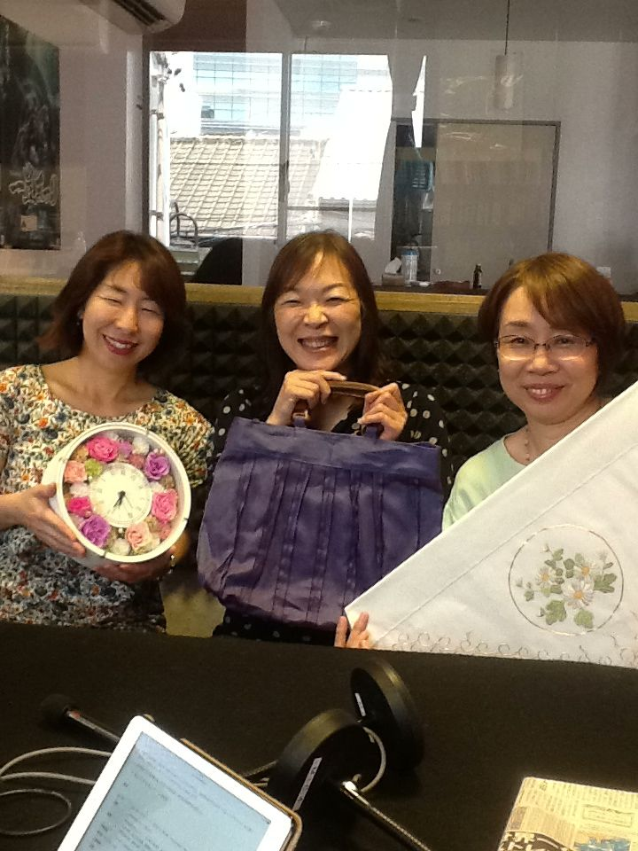 今日のアイタイムゲストはプリザーブドフラワー作家Angel flowerさん、日本刺繍工房suzusi 大熊仁美さん、布工房うさぎ 日置 尚美さんです。