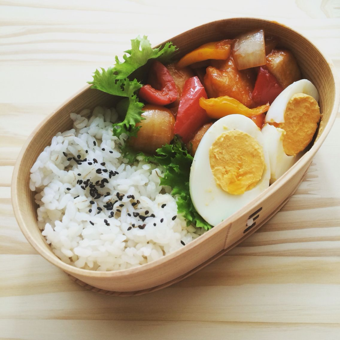 Bento box (magewappa) Sautéed chicken and vegetables with sweet and sour sauce)  曲げわっぱでおべんとう。 酢鶏、ゆで卵、麦ごはん。