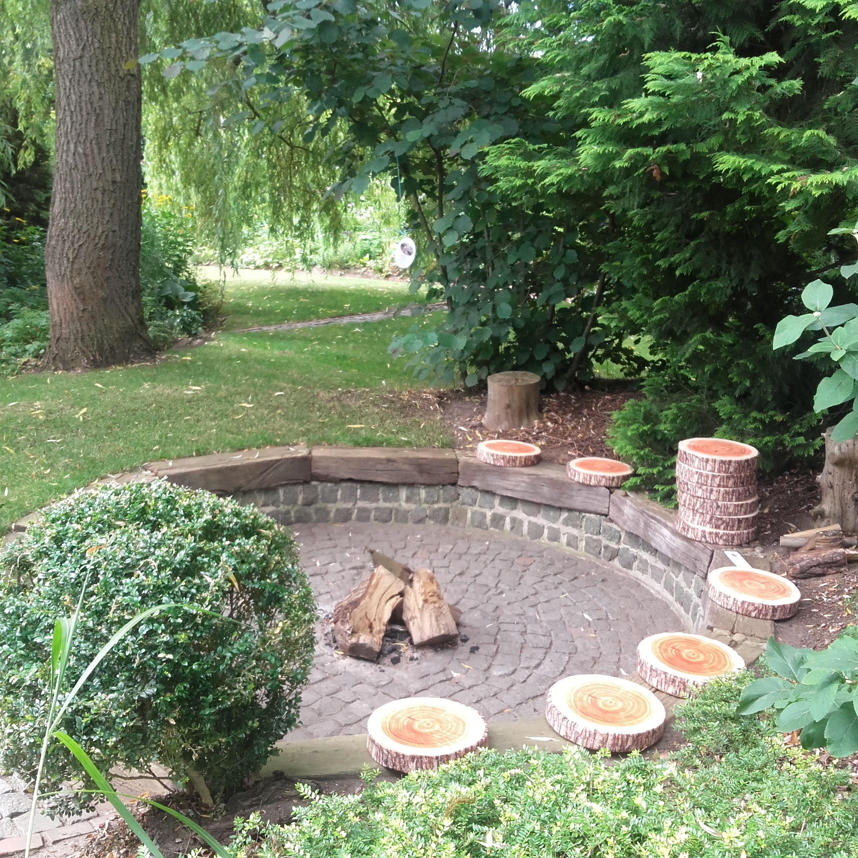 Feuerstelle Aus Gemauertem Granit Mit Holzbohlen Belegt Sie Ist Im Boden Versenkt Und Hat Aus Der Ausgehobenen Erde Feuerstelle Garten Garten Gartengestaltung