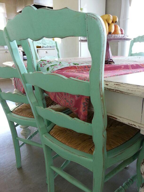 Silla con base de mimbre patinada en verde y mesa con pátina blanca ...