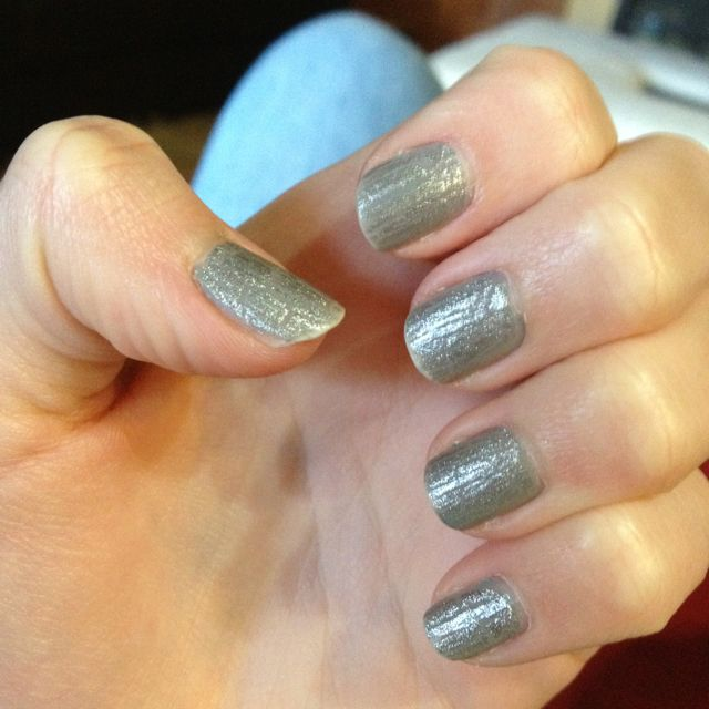 1 coat with grey nail polish + 1 layer of OPI silver crackle :)